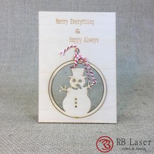 Kerstkaart met sneeuwpop in kerstbal